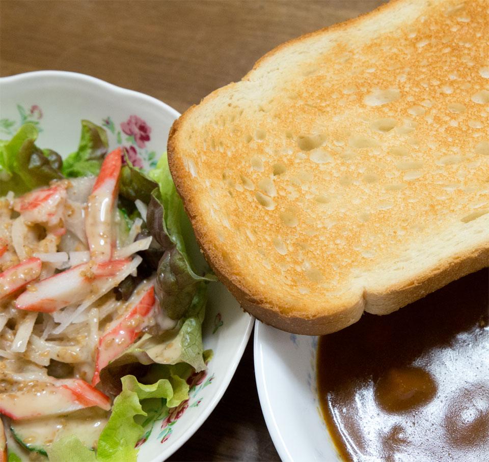 カレーとパンとサラダ