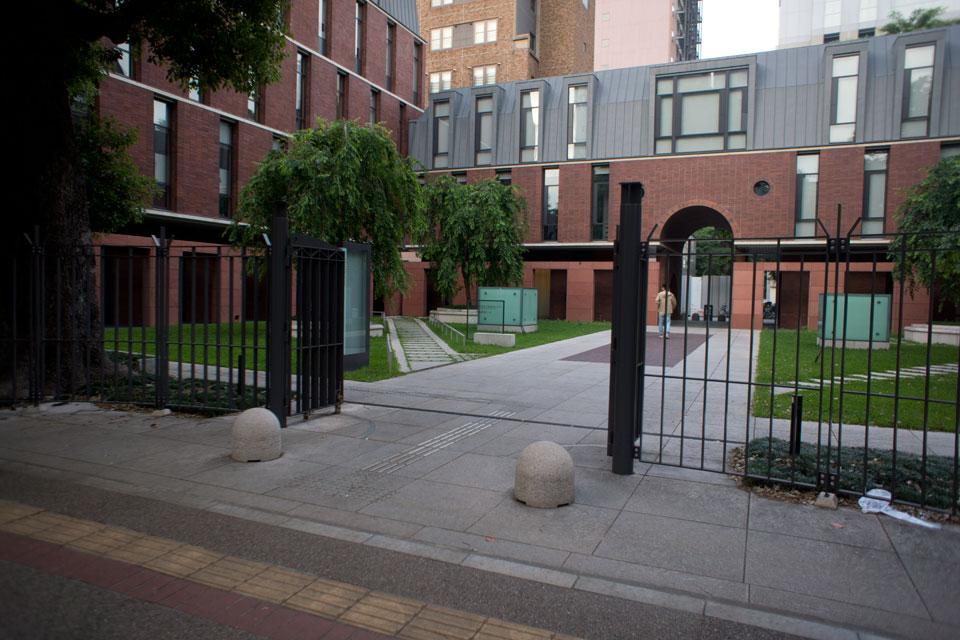 伊藤国際学術研究センターの前の門