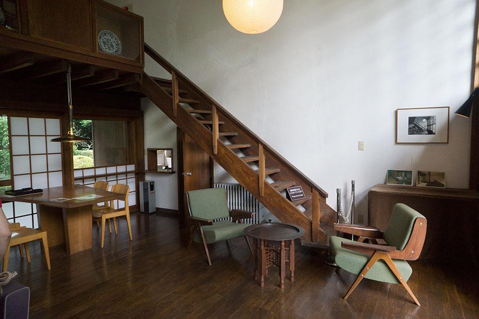 中二階への階段。
