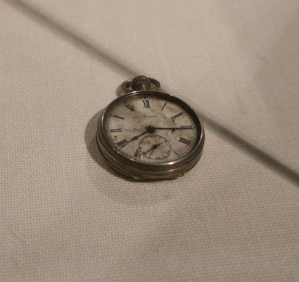 8時15分で止まった懐中時計