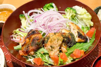 大戸屋の炭焼バジルチキンサラダ定食